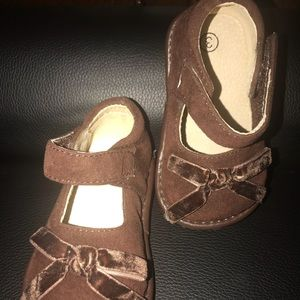5cf0f186e6 BEAUTIFUL BROWN VELVET MARY JANE SQUEAKY SHOE SZ 3
